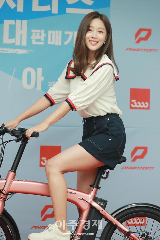 [포토] 조보아, 삼천리 전기자전거 즐겁게 타요~
