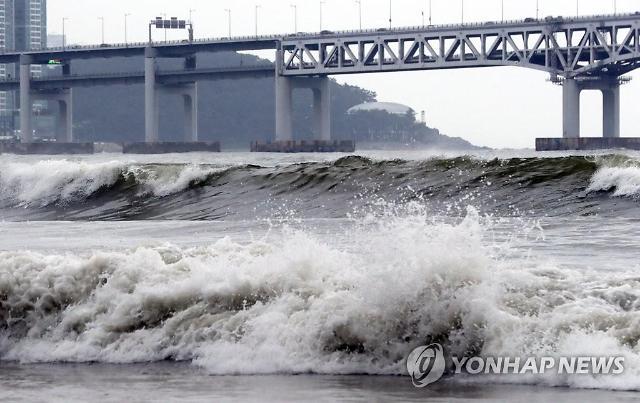 태풍 다나스 영향…제주공항 지연·결항 속출