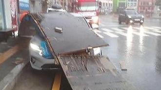 부산 태풍 피해 속출…송도해수욕장 앞 커피숍 간판 승용차 덮쳐