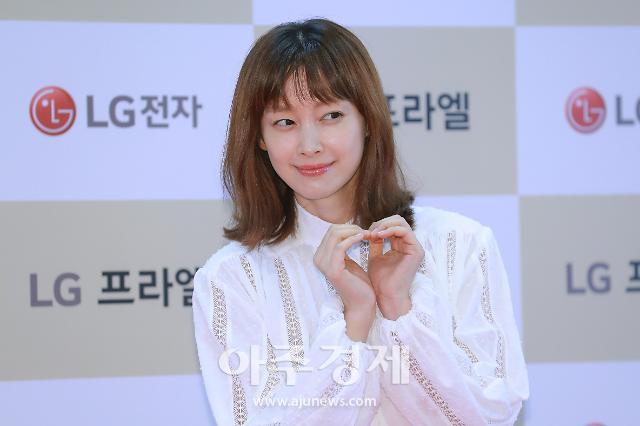 [포토] 이나영, 수줍게 하트 (LG 프라엘 플러스 팬사인회)
