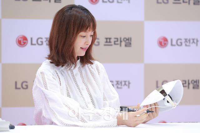 [포토] 이나영, 사인도 예쁘게~ (LG 프라엘 플러스 팬사인회)