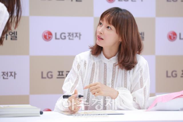 [포토] 이나영, 빛나는 피부 (LG 프라엘 플러스 팬사인회)