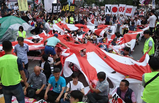 [슬라이드 화보] 욱일기 찢는 성난 민심...일본대사관 촛불집회