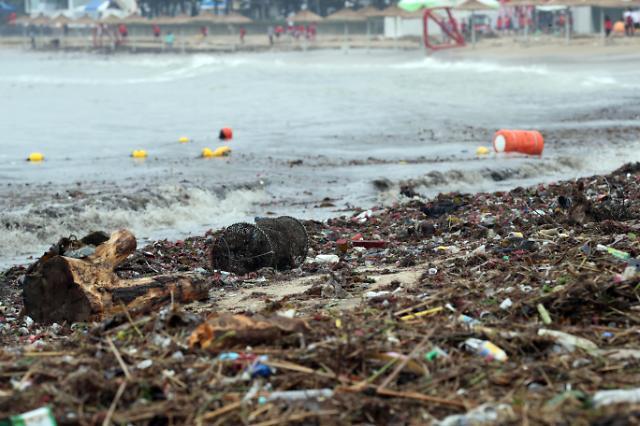 [포토] 해수욕장 덮친 태풍 쓰레기