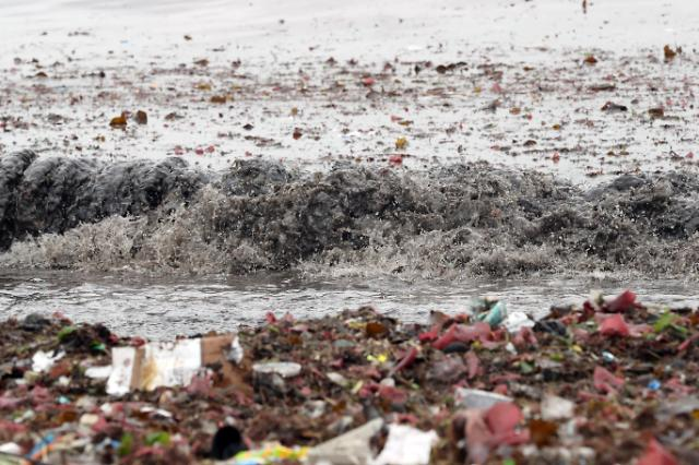 [슬라이드 화보] 쓰레기 해변으로 변한 광안리해수욕장 백사장