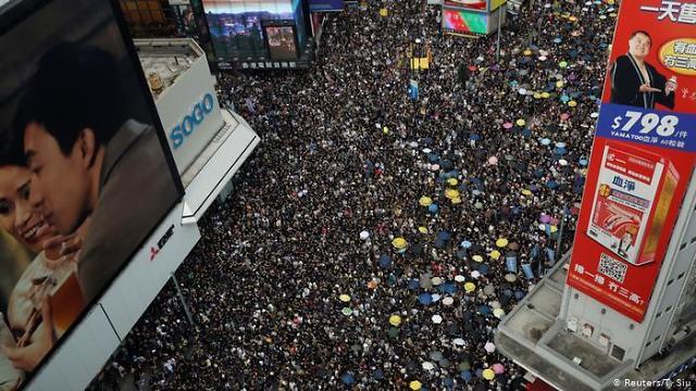 또 유혈사태 터진 홍콩 시위...中 일국양제 마지노선 건드리는 행위 경고
