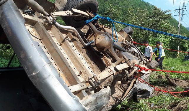 [슬라이드 화보] 삼척서 승합차 내리막 커브길 전복사고로 13명 사상