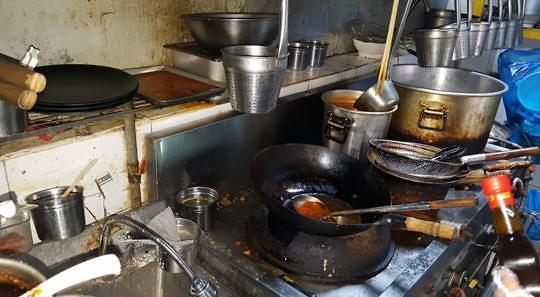 주방에 시커먼 기름 때…마라탕 식당 끔찍한 위생상태