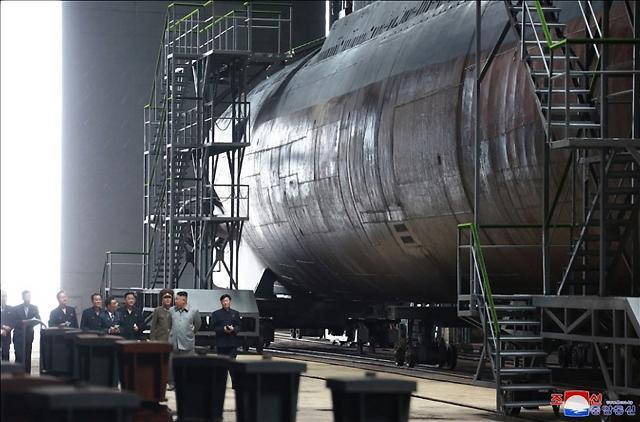 [포토] 북한 신형 잠수함 시찰하는 김정은