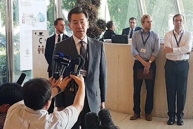 [포토] 일본 외무성 경제국장, WTO 회의장 입장 전 발언