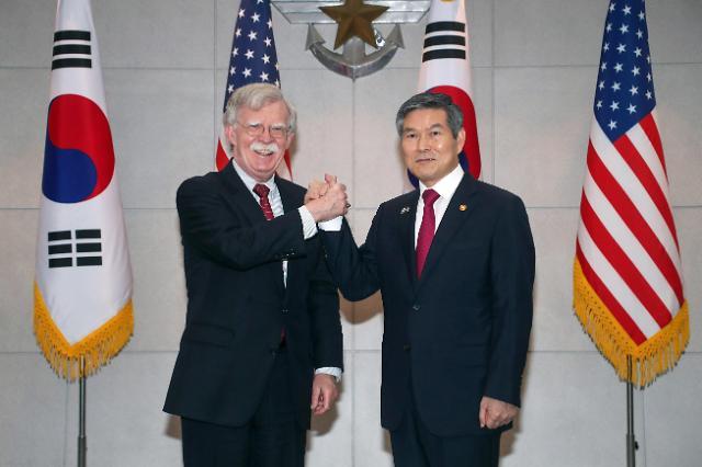 韩国防长郑景斗会见美国白宫国安顾问博尔顿