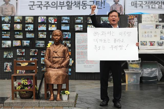 """민경욱, 소녀상 앞 1인시위…""""日발광에 아무말 못한 文대통령 친일파"""" 주장"""