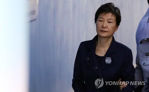 """'국정원 특활비' 박근혜, 항소심 징역 5년 선고...1년 감형 """"총 형량 32년"""""""