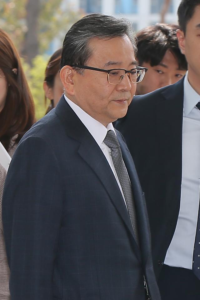 '별장성접대' 김학의, 추가 뇌물정황 공소장 변경...다음달 27일 윤중천 증인소환