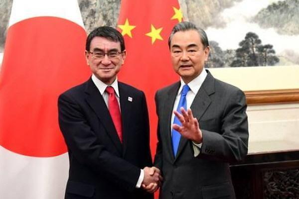 中日외교장관 회동...왕이 양국관계 증진할 방안 논의