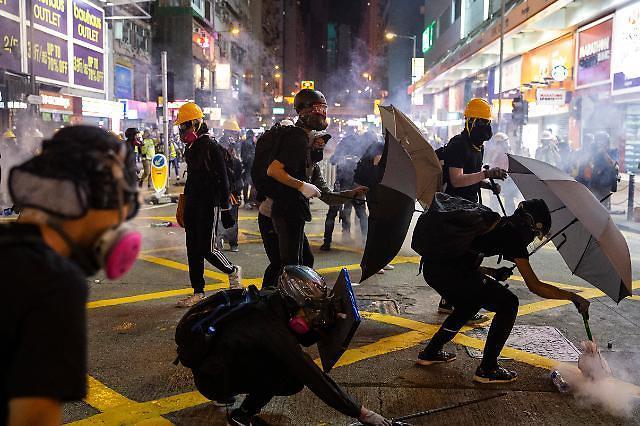 香港示威总罢工导致城市瘫痪......机场跑道关闭,巴士也停驶