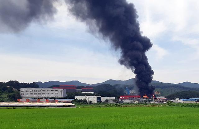 安城纸厂火灾导致1名消防队员死亡9人受伤