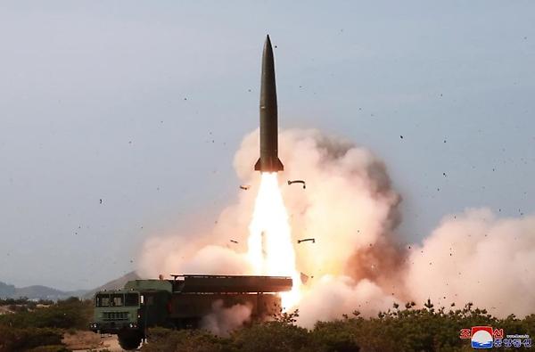 """朝鲜""""发射新型战术导弹威力示威""""……金正恩""""对韩美发出警告"""""""