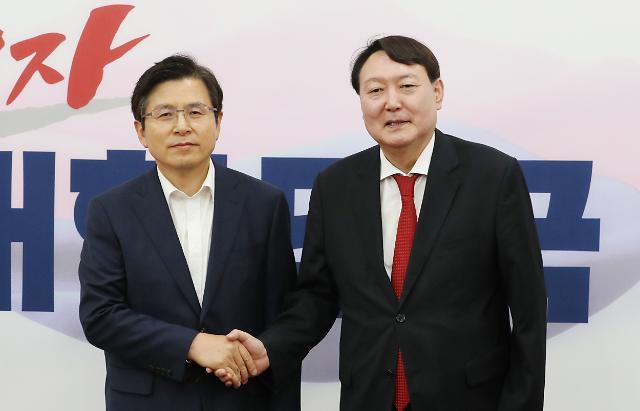 """황교안, 윤석열에 """"검찰인사 편향돼 우려"""" 돌직구"""