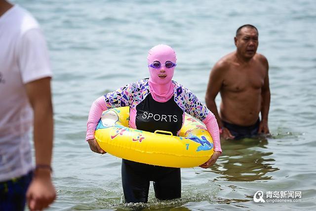 [중국포토]여름철 칭다오 해변의 명물 페이스키니, 올해도 등장