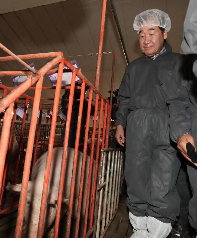 """땡볕에 농가 찾은 이 총리 """"폭염 피해 최소화, 점검관리 철저히 해야"""""""