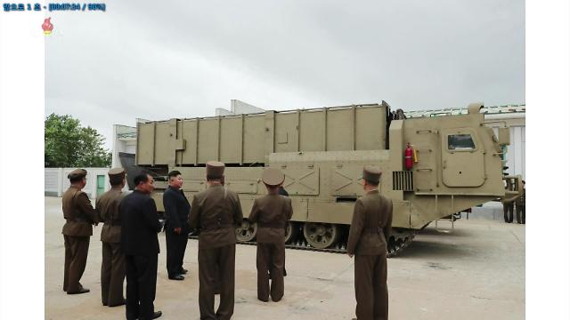 """朝鲜公开新型导弹车照片 金正恩亲自""""试驾"""""""