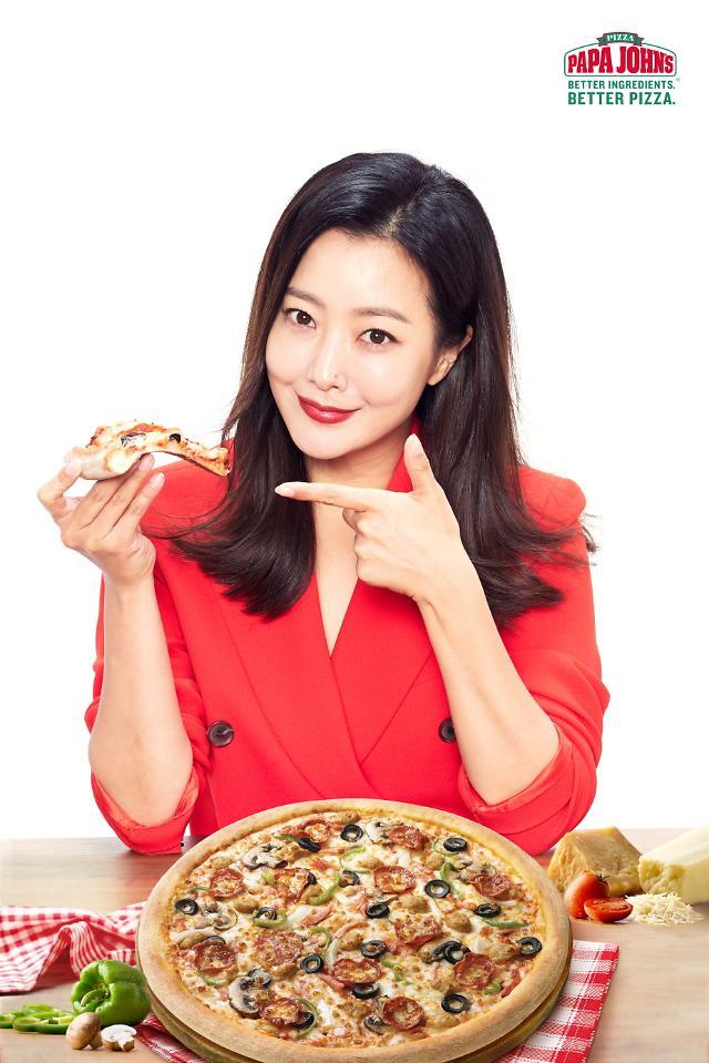 배우 김희선, 8년만에 프로야구 시구…'파파존스 모델하길 잘했네'
