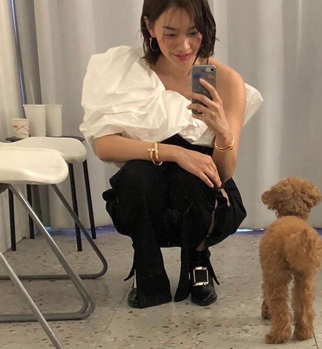 김우빈♥ 신민아 근황, 반려견과 함께한 화보 현장…액세서리 보다 빛나는 미모