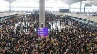 """홍콩 공항 시위, 도착편 일제히 캔슬…곤경 빠진 여행객들 """"무사 귀국하길"""""""