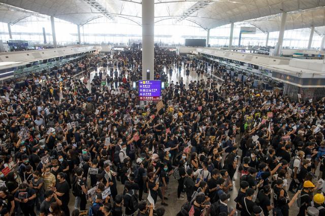 """홍콩 공항, 항공기 운항 중단...""""내일 항공편 운항 정확치 않아"""" (종합)"""