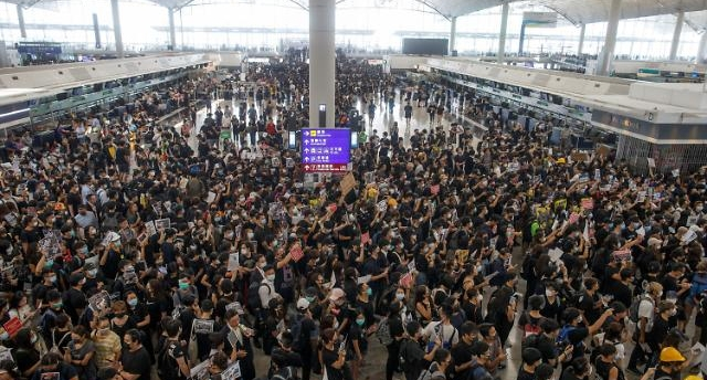 홍콩 시위 격화...항공허브 자리 넘보는 中 선전