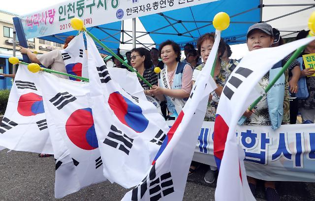 """광복절, 국민 10명 중 8명 """"태극기 단다"""""""