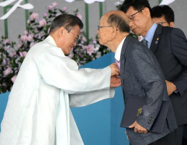 제74주년 광복절 경축식 찾은 文대통령, 태극기 손에 들고 만세삼창