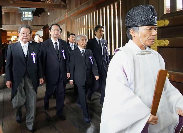 [포토] 야스쿠니신사 집단참배하는 일본 의원들