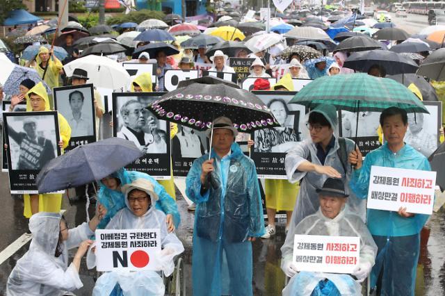 폭우에도 서울 곳곳 '일본규탄' 집회…저녁엔 광화문 촛불집회 열려
