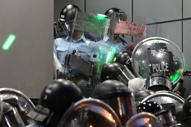 [포토] 홍콩 경찰 레이저포인터 공격하는 시위대