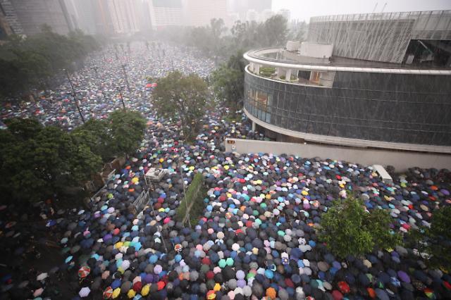 """홍콩서 11주째 주말시위...""""정체불명男, 중국 선전서 넘어와"""""""