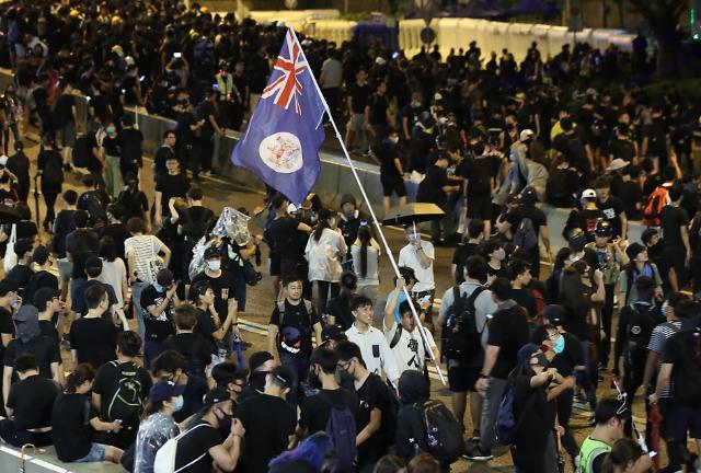 [포토] 영국령 홍콩 깃발 든 시위대