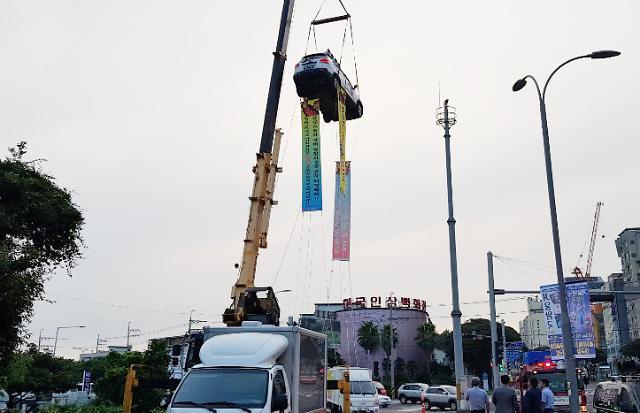 [포토] 제주 건설노동자 승용차 매달고 농성