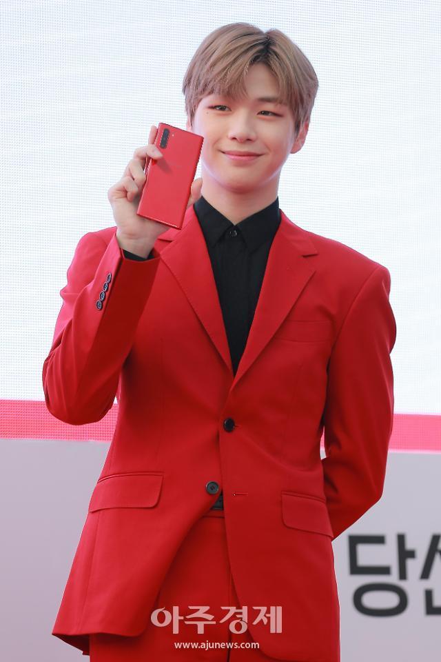 [포토] 강다니엘, 수줍은 미소 (Red on me)
