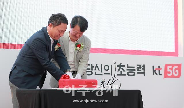 [포토] 케이크 커팅식하는 박현진 KT 본부장-박훈종 삼성전자 상무 (Red on me)