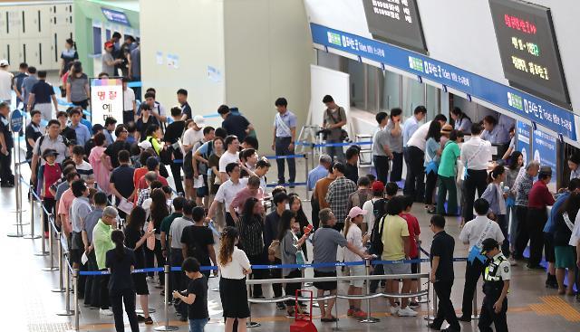 韩国民众排队购买中秋节返乡车票