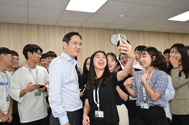 [포토] 학생들과 셀카 찍는 이재용 부회장