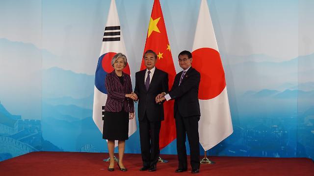 한·중·일 외교장관, 비핵화·경제공동체 협력키로…한·일 갈등은 제자리