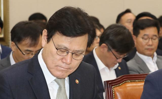 조국 태풍 정무위도 강타…사모펀드 의혹 공방전