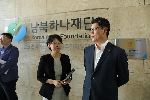 김연철 장관, 하나재단 방문…사망한 탈북 모자 장례 지원 당부