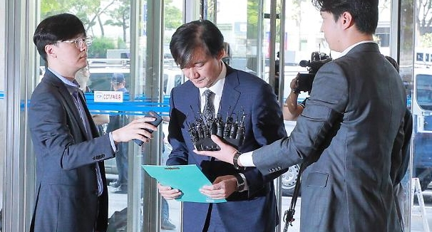 두 얼굴의 조국···한국 뻥지식인의 민낯