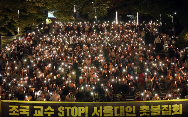 [슬라이드 화보] 조국 STOP, 조국 사퇴 촉구 촛불 든 서울대생