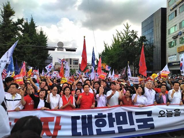 [포토] 청운효자동 사거리를 지나는 문재인 정부 규탄 참가자들