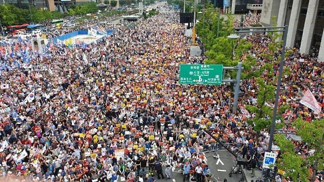 '기-승-전-조국 사퇴'…한국당 광화문 장외투쟁에 10만명 운집(종합)